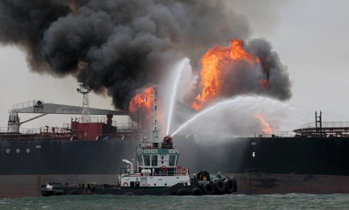 Navio Petroleiro explode e 32 duas pessoas estão desaparecidas, vejam o vídeo!