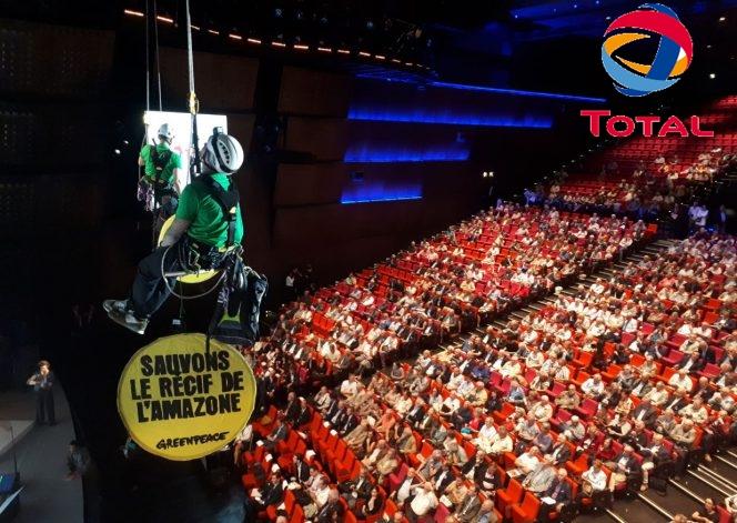 O Greenpeace interrompe evento da Total em protesto contra planos de perfuração no Brasil