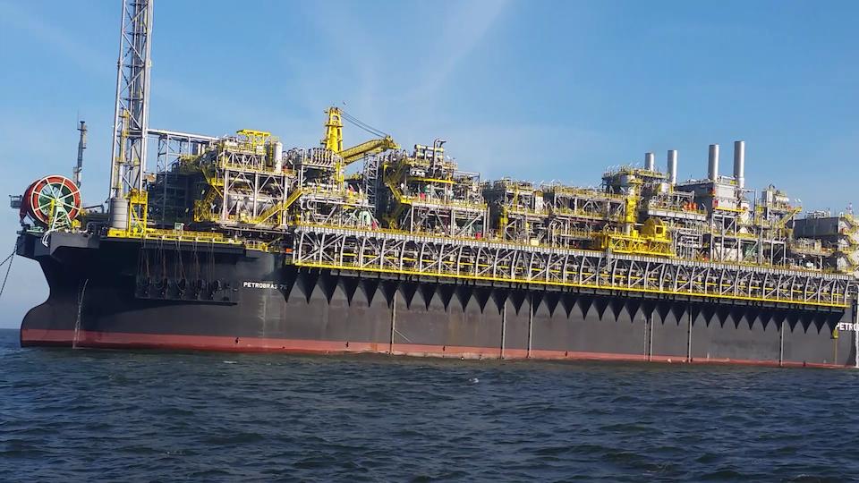 A plataforma de petróleo P-75 chega a Bacia de Santos