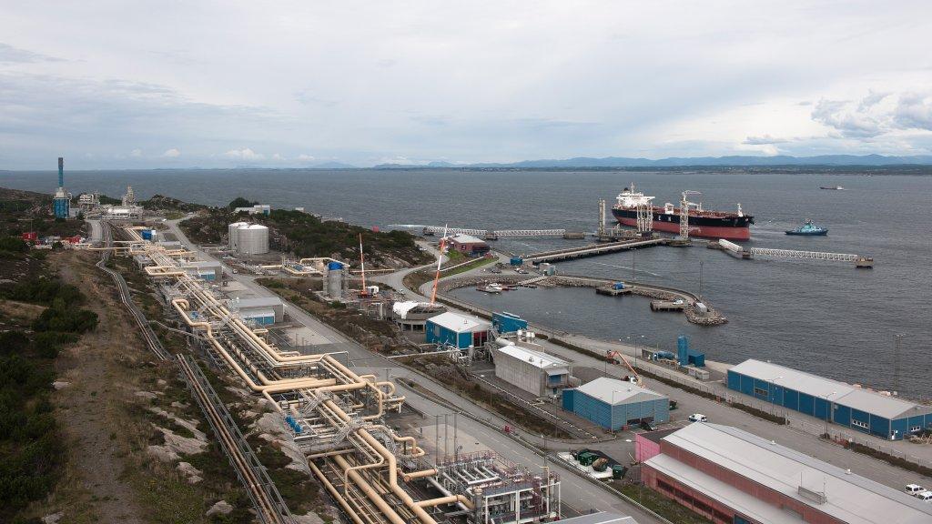 Equinor fecha porto após acidente entre dois navios, equipes trabalham para conter vazamento de petróleo no mar