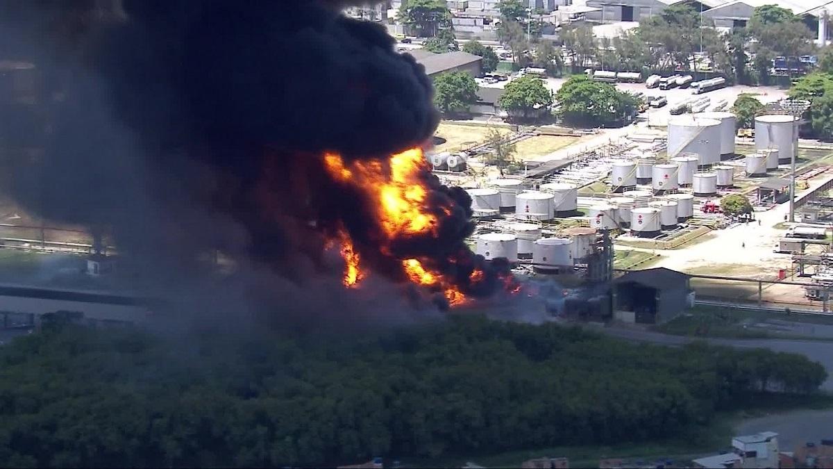 Refinaria de Manguinhos esta incendiando neste momento no Rio