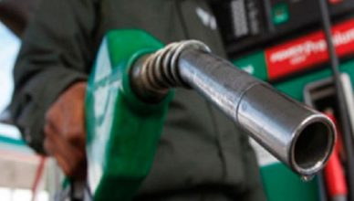 homem colocando oleo diesel no carro