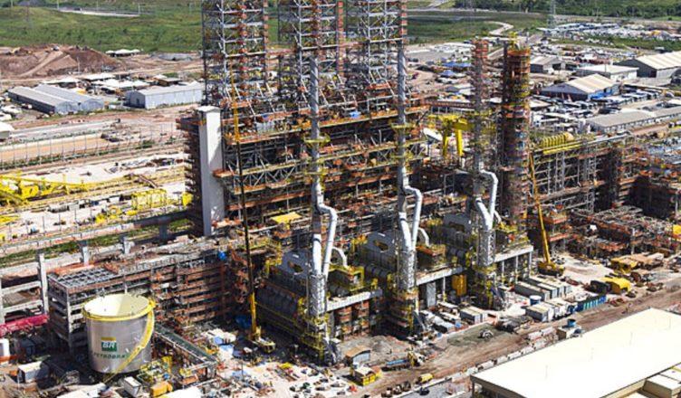 Metade das refinarias