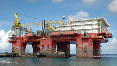 Estaleiro Enseada recebe plataforma para reparos