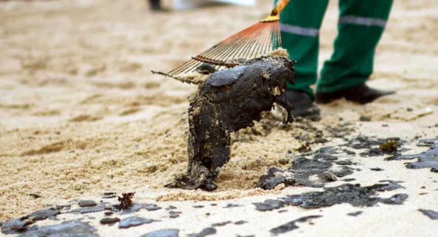 Petróleo que atingiu praias do Nordeste chega ao Rio de Janeiro