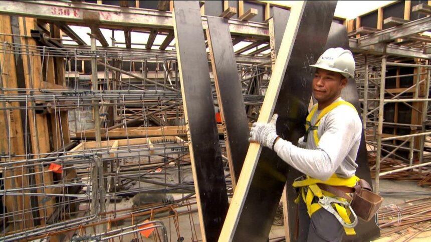 Empresa de construção civil com vagas de emprego para pedreiro, servente, carpinteiro e mais