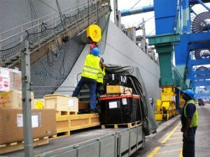 Empresa de distribuição com vagas de emprego para auxiliares de logística sob regime temporário no PE