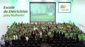 Empresa do grupo Neoenergia lança programa Eletricistas para Mulheres com 100 vagas abertas