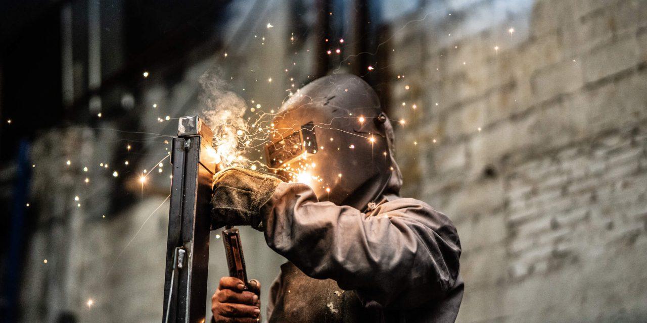 Empresa metalúrgica abre vagas de emprego para soldadores e analistas em SP