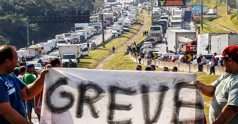 Caminhoneiros defendem reabertura do comércio e ameçam fazer greve