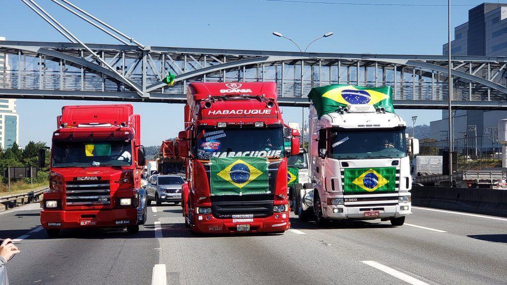 Coronavírus: caminhoneiros protestam pela reabertura do comércio em São Paulo e fecham duas faixas da Paulista