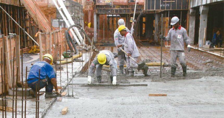 Pedreiro, soldador, operador e muito mais vagas de emprego para atender obras na construção civil, neste dia 08