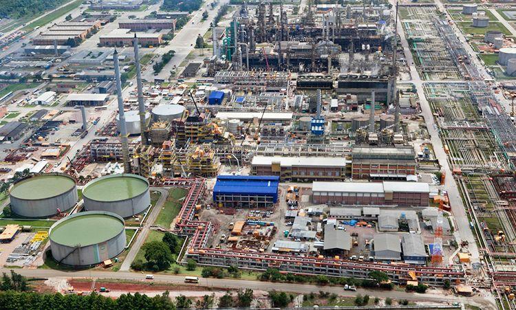 Devido ao incêndio na tarde de ontem (15), Petrobras paralisa 50% da Refinaria Duque de Caxias – REDUC