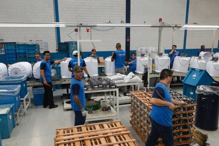 Mais de 60 vagas de emprego de ensino fundamental, médio e superior abertas ontem (23/07) em diversas funções pela fabricante Colormaq em São Paulo
