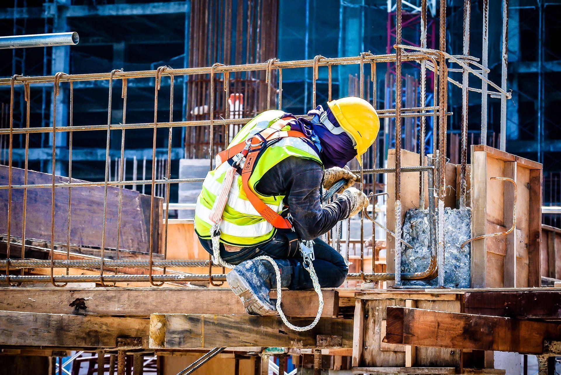 Escalador Irata N1 convocados para vagas em obras de construção civil. Necessário disponibilidade para viagens