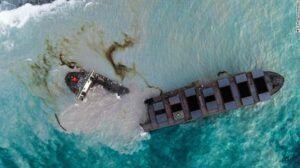 Navio petroleiro rumo ao Brasil se partiu em dois e derrama quase mil toneladas de petróleo em recife nas Ilhas Maurício
