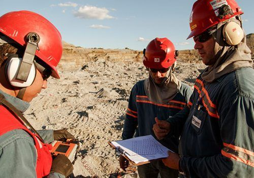 Empresa atuante no setor de mineração e construção civil contrata profissionais para vagas de emprego nas áreas de operação e produção