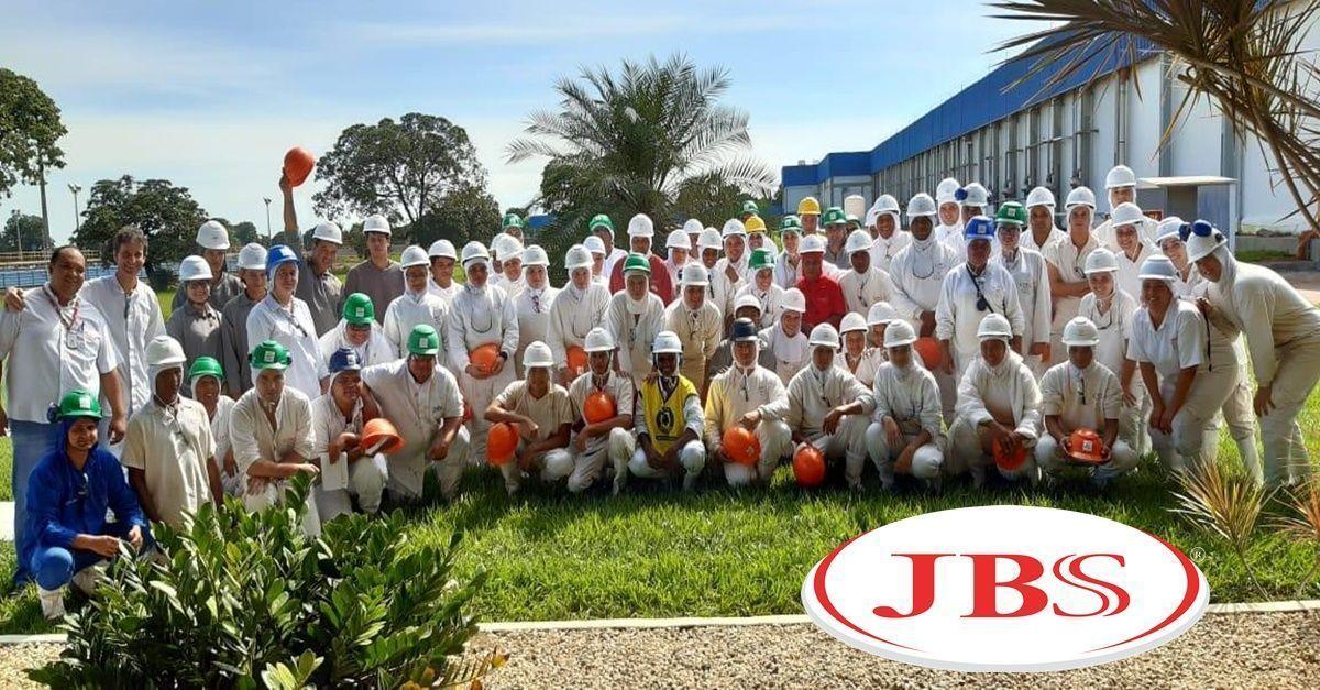 A maior processadora de carne no mundo, a JBS, recebe currículo para vagas de ensino médio e superior para trabalhar no setor de manutenção e administrativo