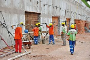 Projetos e obras da construção civil demandam vagas de emprego para encarregado, operador, motorista e mais profissionais com disponibilidade para trecho inicial em MG