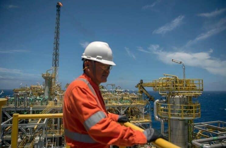 Vagas offshore são oferecidas por empresa prestadora de serviços marítimos na indústria de petróleo e gás, neste dia 28