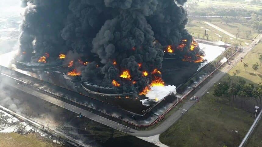 refinaria - explosão - acidente - feridos - desabrigados - petróleo
