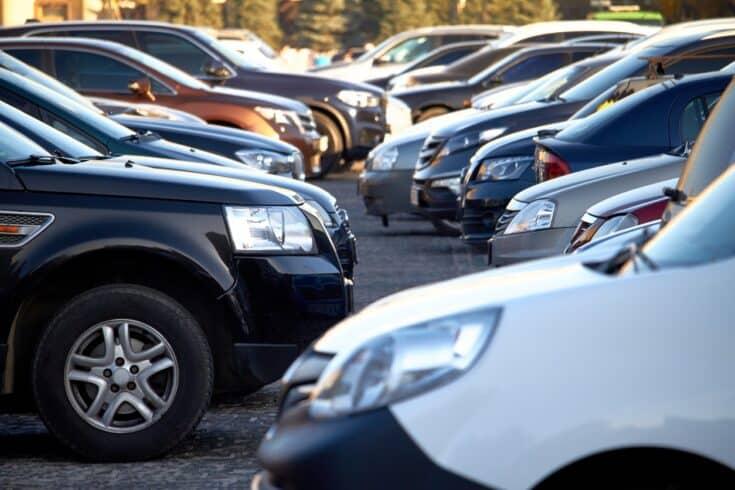 Carros veículos automóvel pátio com carros customizados