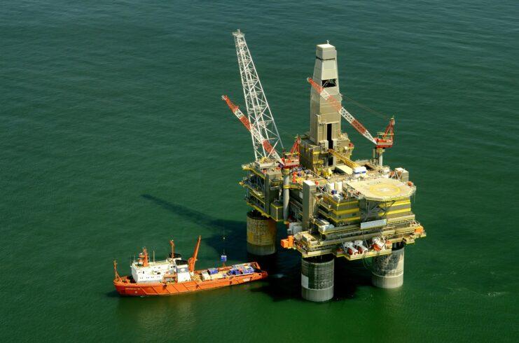 Enquanto a energia limpa cresce, queda nos investimentos na produção de petróleo pode causar uma grave escassez de petróleo e gás, alerta o CEO petrolífera russa Rosneft
