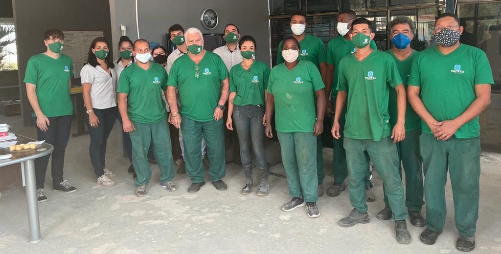 Equipe Telite que atua no processo de fabricação da telha solar a base de grafeno