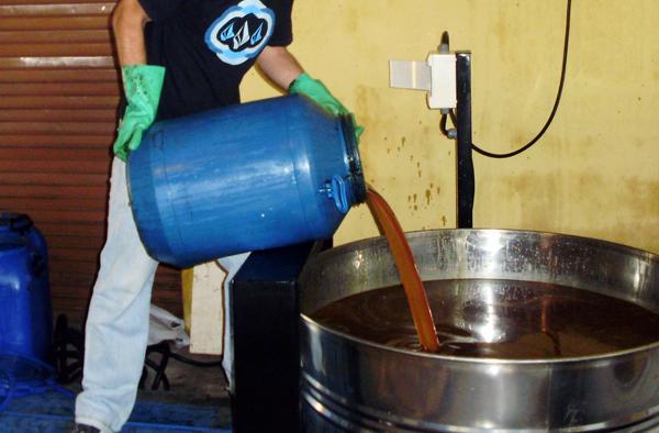 Descarte de óleo lubrificante usado, que será levado para novo refino. Fonte: Teclub