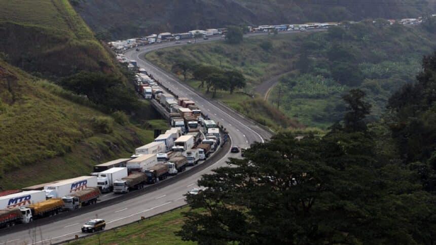 Caminhoneiros - gasolina - postos de combustíveis - distribuidoras - combustíveis